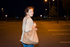 Φοβησμένη νέα γυναίκα που τρέχει από το διώκτη της Στοκ φωτογραφία με δικαίωμα ελεύθερης χρήσης
