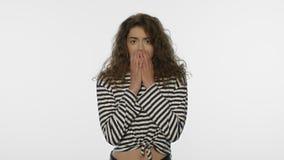 φοβησμένη πορτρέτο γυναίκ&alp Αρνητική συγκίνηση γυναικών Φοβισμένη συγκίνηση προσώπων φιλμ μικρού μήκους