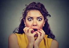 Φοβησμένη συγκλονισμένη γυναίκα που απομονώνεται στο γκρίζο υπόβαθρο στοκ εικόνες
