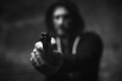 Φοβησμένος βάναυσος ληστής που κρατά το θύμα του στο gunpoint Στοκ εικόνες με δικαίωμα ελεύθερης χρήσης