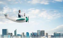 Φοβησμένος πειραματικός με το ανοικτό στόμα στο αεροπλάνο στοκ εικόνες