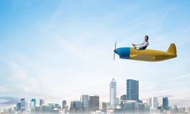 Φοβησμένος πειραματικός με το ανοικτό στόμα στο αεροπλάνο στοκ εικόνες με δικαίωμα ελεύθερης χρήσης