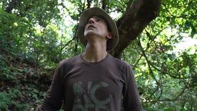 Φοβησμένο άτομο στη ζούγκλα που κοιτάζει γύρω από χάνεται και αισθάνεται το φόβο, κατάρτιση επιβίωσης, άγρια βιασύνη αδρεναλίνης, φιλμ μικρού μήκους