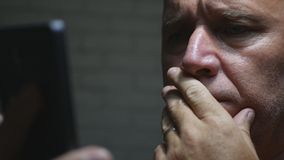 Φοβησμένο και τρομαγμένο πρόσωπο επιχειρηματιών που διαβάζει ένα κακό μήνυμα στο κινητό τηλέφωνο στοκ φωτογραφία με δικαίωμα ελεύθερης χρήσης