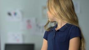 Φοβησμένο μικρό κορίτσι που ακούει τους γονείς της στο σπίτι, δυστυχισμένη παιδική ηλικία απόθεμα βίντεο