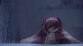 Φοβησμένο μικρό κορίτσι που καλύπτει με το κάλυμμα που εκφοβίζεται από τη βροντή τη βροχερή ημέρα απόθεμα βίντεο