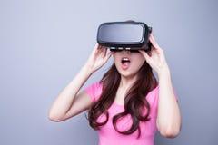 Φοβισμένη γυναίκα που προσέχει την εικονική πραγματικότητα Στοκ εικόνες με δικαίωμα ελεύθερης χρήσης
