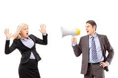 Φοβισμένη επιχειρηματίας και ο διευθυντής της που φωνάζουν με ένα speakerphon Στοκ φωτογραφία με δικαίωμα ελεύθερης χρήσης