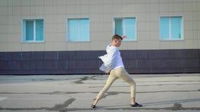 Φοβιτσιάρες χορευτών υπαίθριο στην πόλη, θερινοί χοροί απόθεμα βίντεο