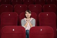 Φοβιτσιάρης γυναίκα στον κινηματογράφο στοκ εικόνες