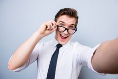 Φοβιτσιάρης διάθεση ενός συγκινημένου geek νεαρού άνδρα στα γυαλιά και επίσημος εμείς στοκ εικόνα με δικαίωμα ελεύθερης χρήσης