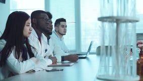 Φοιτητές Ιατρικής στο άκουσμα εργαστηρίων χημείας απόθεμα βίντεο