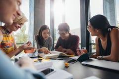 Φοιτητές πανεπιστημίου που κάνουν τη μελέτη ομάδας στη βιβλιοθήκη Στοκ εικόνες με δικαίωμα ελεύθερης χρήσης