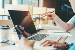 Φοιτητές πανεπιστημίου που χρησιμοποιούν τη συνεδρίαση των lap-top για την ερευνητική εργασία ι Στοκ φωτογραφία με δικαίωμα ελεύθερης χρήσης