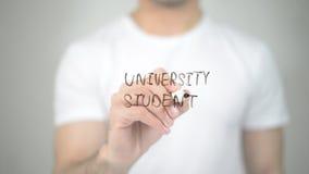 Φοιτητής πανεπιστημίου, άτομο που γράφει στη διαφανή οθόνη στοκ φωτογραφία με δικαίωμα ελεύθερης χρήσης