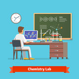 Φοιτητής πανεπιστημίου που κάνει την έρευνα στο εργαστήριο χημείας Στοκ Εικόνα