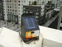 Φονικό ταίριασμα πουλιών ηλιακής ενέργειας κλονισμού πουλιών πάνω από για να κρατήσει τα πουλιά μακρυά από το στάζοντας επίστεγο Στοκ Εικόνες