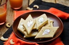 Φοντάν των δυτικών ανακαρδίων Kaju Katli Ινδικά γλυκά στοκ εικόνα