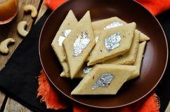 Φοντάν των δυτικών ανακαρδίων Kaju Katli Ινδικά γλυκά στοκ φωτογραφία