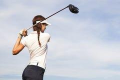 Φορέας γκολφ που τοποθετεί στο σημείο αφετηρίας μακριά Στοκ Εικόνες