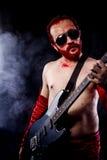 Φορέας, κιθαρίστας με την ηλεκτρική κιθάρα μαύρη, φορώντας το χρώμα προσώπου Στοκ εικόνα με δικαίωμα ελεύθερης χρήσης