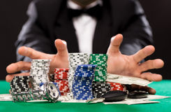 Φορέας πόκερ με τα τσιπ και χρήματα στον πίνακα χαρτοπαικτικών λεσχών Στοκ Φωτογραφία