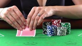 Φορέας πόκερ που εξετάζει τις κάρτες και τις πτυχές της Η έννοια του παιχνιδιού, κίνδυνος, τύχη, κερδίζει, διασκέδαση, και ψυχαγω φιλμ μικρού μήκους