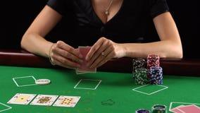 Φορέας πόκερ που εξετάζει τις κάρτες και τις πτυχές της Η έννοια του παιχνιδιού, κίνδυνος, τύχη, κερδίζει, διασκέδαση, και ψυχαγω απόθεμα βίντεο