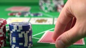 Φορέας πόκερ που εξετάζει τις κάρτες και τις πτυχές του Η έννοια του παιχνιδιού, κίνδυνος, τύχη, κερδίζει, διασκέδαση, και ψυχαγω φιλμ μικρού μήκους