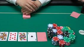 Φορέας πόκερ που εξετάζει τις κάρτες του και με βεβαιότητα που αυξάνει τα στοιχήματα, δικαιολογημένος κίνδυνος φιλμ μικρού μήκους