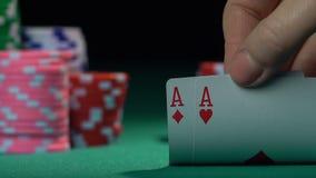 Φορέας πόκερ που κρατά ένα ζευγάρι των άσσων, καλός συνδυασμός Πιθανότητες φιλμ μικρού μήκους