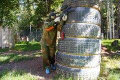 Φορέας Paintball πίσω από τη γιγαντιαία οχύρωση ροδών φορτηγών Στοκ φωτογραφίες με δικαίωμα ελεύθερης χρήσης