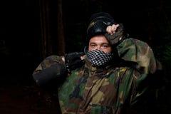 Φορέας Paintball που προετοιμάζεται για τη μάχη Στοκ εικόνες με δικαίωμα ελεύθερης χρήσης