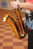 Φορέας Saxophone με το saxophone στα όπλα, που παίζουν με το Στοκ φωτογραφία με δικαίωμα ελεύθερης χρήσης
