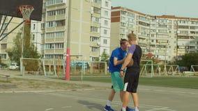 Φορέας Streetball που βοηθά πεσμένο αντίπαλο για να σταθεί επάνω φιλμ μικρού μήκους