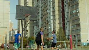 Φορέας Streetball που σημειώνει ένα σημείο μετά από το γρήγορο σπάσιμο απόθεμα βίντεο