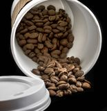 Φορέστε το χύσιμο ` τ το φλυτζάνι καφέ φασολιών στοκ εικόνες