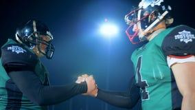 Φορείς αμερικανικού ποδοσφαίρου που χαιρετούν ο ένας τον άλλον, πλάγια όψη απόθεμα βίντεο