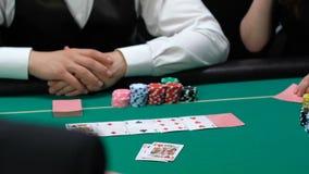 Φορείς που ανοίγουν τις κάρτες, γυναίκα με ένα ζευγάρι του άσσου που κερδίζει όλα τα χρήματα, χαρτοπαικτική λέσχη απόθεμα βίντεο