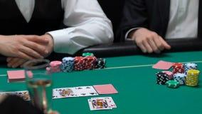 Φορείς πόκερ που ανοίγουν τις κάρτες, άτομο με ένα ζευγάρι του άσσου που κερδίζει όλα τα χρήματα, χαρτοπαικτική λέσχη φιλμ μικρού μήκους