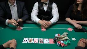 Φορείς πόκερ που βάζουν τα δολάρια και το ρολόι στον πίνακα χαρτοπαικτικών λεσχών, που αυξάνει το στοίχημα, Bluff απόθεμα βίντεο