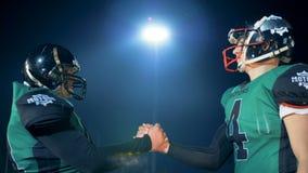 Φορείς ράγκμπι που χαιρετούν ο ένας τον άλλον Τα άτομα τινάζουν τα χέρια ενώ χαιρετισμός σε έναν τομέα πριν από ένα παιχνίδι απόθεμα βίντεο