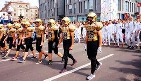 Φορείς στο χάντμπολ και ξιφομάχοι στην πομπή καρναβαλιού προς τιμή τον εορτασμό της ημέρας πόλεων στοκ φωτογραφία