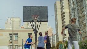 Φορείς Streetball που για την αναπήδηση στο δικαστήριο απόθεμα βίντεο