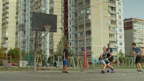 Φορείς Streetball που παίζουν την καλαθοσφαίριση στο δικαστήριο φιλμ μικρού μήκους