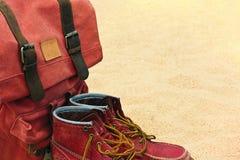 Φορεμένες παλαιές μπότες και αναδρομικό σακίδιο σε μια παραλία Στοκ φωτογραφίες με δικαίωμα ελεύθερης χρήσης