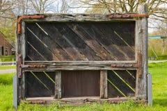 Φορεμένη και σχισμένη πύλη κλειδαριών ενός φράχτη Στοκ εικόνες με δικαίωμα ελεύθερης χρήσης