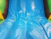 Φορεμένος ή ξεπερασμένος ή χαλασμένος μπλε φωτογραφική διαφάνεια στο σπίτι αναπήδησης στοκ εικόνες με δικαίωμα ελεύθερης χρήσης