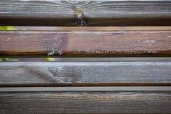 Φορεμένος και χαρασμένος ξύλινος πάγκος πάρκων, σύσταση υποβάθρου στοκ εικόνες με δικαίωμα ελεύθερης χρήσης