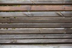 Φορεμένος και χαρασμένος ξύλινος πάγκος πάρκων, σύσταση υποβάθρου, οριζόντια στοκ εικόνα με δικαίωμα ελεύθερης χρήσης